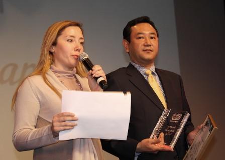 Представитель компании Panasonic и его переводчик
