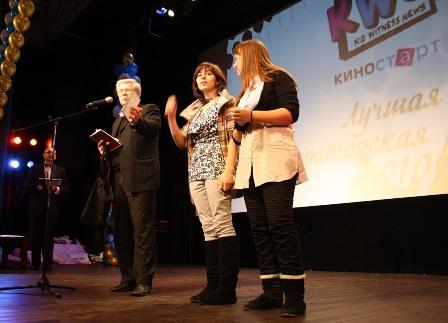 Представитель ВГИКа вручает приз Айнуре